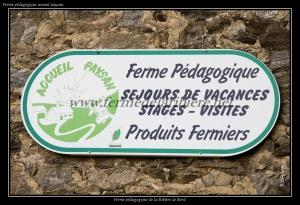 Sur le mur de la grange de la ferme pédagogique, vous pouvez voir ce panneau.