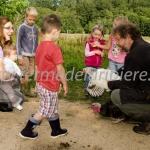 Enfants et poules | ferme pédagogique